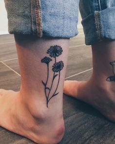 Daisy tattoo #flowers #tattoo #daisytattoo #ankle #ankletattoo #flowertattoo