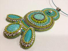 Colgante/collar de bordado del grano. Colores turquesas, verdes, plateado. OOAK.