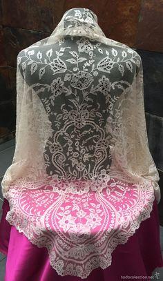 Mantilla de tres picos encaje antiguo de Bruselas, para madrinas, novias, indumentaria valencia