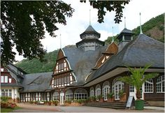 Jugendstil-Gebäude von Olaf D. HennigDas im barockisierenden Jugendstil erbaute Kurmittelhaus in Bad Münster am Stein gilt als eines der schönsten Fachwerkgebäude der Region. Die malerische Fachwerkgruppe mit geschwungenen Giebeln und Dächern wurde1910/11 nach Plänen des Freiburger Architekten Robert Mühlbach gebaut.