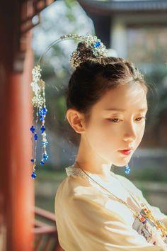 芥子记/Jieziji's Hanfu (han chinese clothing) and Hair Ornament collection. The model is wearing Tang Dynasty-style chest-high ruqun/襦裙