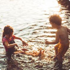 Spiele mit Wasser - die perfekte Aktivität für deinen nächsten Kindergeburtstag!  Der Sommer ist da! Naja, eigentlich.. Zugegebenermaßen kommt und geht der Sommer gerade, wie er möchte, aber das heißt für uns umso eher: Die tollen sommerlichen Tagen müssen ausgenutzt werden! Ein guter Grund, das ein oder andere Fest lieber in den Garten oder Park zu verlegen.
