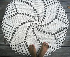 Off White Cotton Crochet Rug in 33 inch Spiral Pattern: See similar pattern at http://xobi.com.ua/9309-vyazanaya-salfetka-0161.html