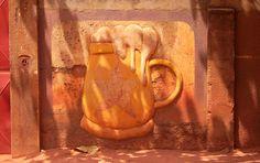 Hauswand mit Bierdekor in Benin