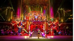 """Une grande partie de la troupe du Cirque Bouglione dans le spectacle """"Géant"""" actuellement et jusqu'au 15 mars 2015 rue Amelot dans le 11ème arrondissement de Paris. (Crédit photo Cirque Bouglione - Dominique Secher)"""