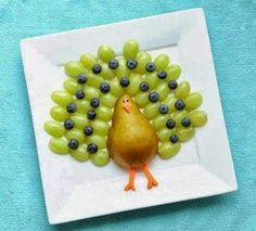 pavo real con fruta... q divertido para los peques...