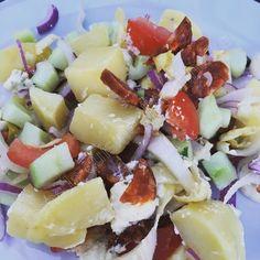Lorsque j'ai publié cette photo de ma salade sur Instagram, on m'a demandé la recette alors voici ! C'est vrai qu'elle était particulièrement bonne, toute en fraîcheur et en couleur :-) Pour 6, il vous faudra : 1kg de pommes de terre 1 bel oignon rouge...