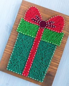 Let's look closer at this gift 🎁 box string art walls art! It is available on its own, in a set or as a pattern for you to make it yourself… String Art Templates, String Art Tutorials, String Art Patterns, Origami Templates, Box Templates, Small Christmas Gifts, Christmas Signs, Christmas Art, Christmas Decorations