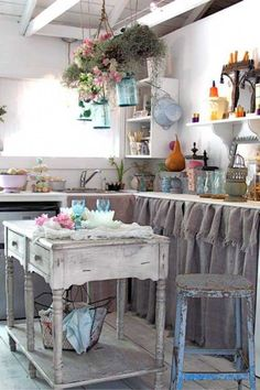 Shabby chic usually means white, whitewashed and pastel or vintage floral motifs. We have a bunch of sweet shabby chic kitchen decor ideas to inspire you. Shabby Chic Mode, Casas Shabby Chic, Shabby Chic Stil, Estilo Shabby Chic, Shabby Chic Bedrooms, Vintage Shabby Chic, Shabby Chic Furniture, Vintage Furniture, Shabby Chic Island