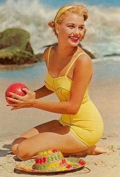 Vintage bathing beauty in a pin-up swimsuit! Pin Up Vintage, Looks Vintage, Vintage Beauty, Retro Vintage, Vintage Yellow, Vintage Beach Photos, Vintage Style, Vintage Summer Photography, Vintage Woman