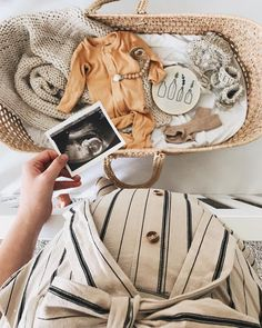 ✨G I V E A W A Y ✨ I have teamed up with some of my favorite shops to gift one lucky winner a whole loot of amazing prizes! Entering is… - BABY ANNOUNCEMENT Maternity Pictures, Pregnancy Photos, Baby Pictures, Pregnancy Info, Baby Kind, Baby Love, Baby Baby, Foto Baby, Pregnant Mom