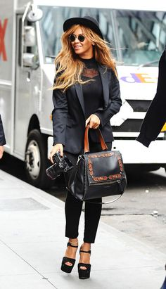SLR in tow, Bey hits the town in black-on-black-on-black fashion with a felt…