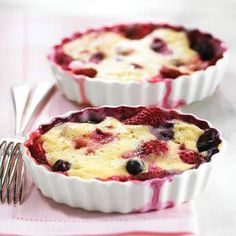 """Berry Pudding Cake The """"cake"""" top bakes while the berries bubble in their own juicy sweetness underneath. See Berry Pudding Cake recipe Low Calorie Desserts, Healthy Desserts, Delicious Desserts, Yummy Food, Healthy Recipes, Healthy Breakfasts, Easy Recipes, Diabetic Cake Recipes, Dessert Recipes"""