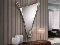 GalaEspejo con marco moldeado.  Acabado en pan de plata. Forma triangular.  Luna biselada. El espejo incluye certificado de calidad. Preparado para su fácil instalación.