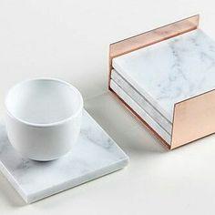 Como não amar? Apoio de copos de mármore, lindos. O mármore está nas tendências de itens de decoração para 2017. Invistam ⬆VEJA OUTRAS DICAS NO BLOG, LINK NA BIO⬆ . . . . #marble #clean #rosegold #rose #Decor #designinteriores #arquitetura #revestimento #offwhite #apartamento #reforma #apto #reaproveitamento #DIY #myhome #inspirações #designinteriores #charlesaemes #escandinavo #wonderful #living #minimalista #nórdico #mármore #blogueira #blogedgemendes #ideias #details #detalhe #...