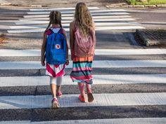 Nuoret koululaiset matkalla kouluun.