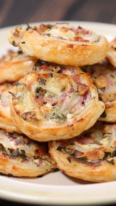 Cheese and Bacon Swirls It's everything delicious in your life, all rolled up into a cute little package. Ingredients: 1 pack all butter puff pastry, 5 back bacon rashers, sliced into 1 centimeter strips, tub cream… Aperitivos Finger Food, Fingerfood Party, Think Food, Snacks Für Party, Party Appetizers, Party Nibbles, Parties Food, Christmas Appetizers, Appetisers