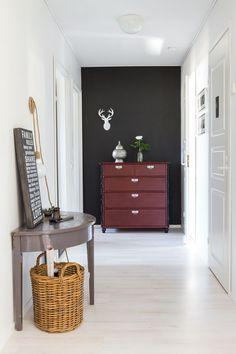 Makuuhuoneisiin vie käytävä, johon Laura kaipasi kiinnepistettä. Hän maalasi päätyseinän mustaksi ja valitsi kokoelmistaan sopivat esineet katseen kohteeksi. Juuttijohtoinen valaisin on Adalmiinan Helmestä.