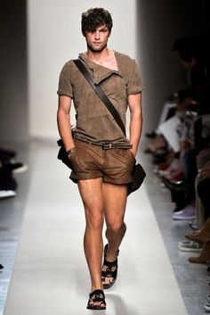 New Safari. Yes, short shorts! Look Fashion, Fashion Show, Mens Fashion, Style Brut, New Safari, Mode Cool, Sean O'pry, Casual Wear For Men, Men Accessories