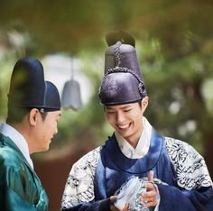 The KBS drama Love in the Moonlight has revealed image stills of their star Park Bo Gum. The trending actor also looks stunning dressed in traditional Korean attire and proves he is the ideal fit to play the handsome king. Age Of Youth, Moonlight Drawn By Clouds, Drama 2016, Kbs Drama, Love Moon, Kim Yoo Jung, Korean Entertainment, Bo Gum, Paros