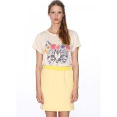 Falda recta y corta. Ajustada a la cintura con goma. Dibujo trenzado en relieve. Color limón