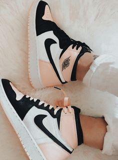 De la zapatillas anteriores que subi cual te gustan más 👉👈💞 Dr Shoes, Swag Shoes, Cute Nike Shoes, Cute Nikes, Cute Sneakers, Nike Air Shoes, Hype Shoes, Shoes Sneakers, Jordan Shoes Girls