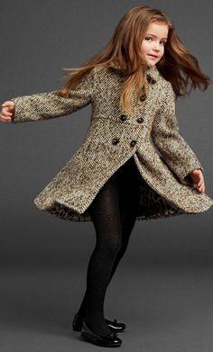 В этом сезоне в тренде классика. Например, это двубортное пальто из твида для девочки.