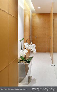 Korytarzyk obity niezwykle delikatną skórą cielęcą. Projekt i realizacja: lengiewicz-charkiewicz.com #leather #corridor (fotografia: Aleksander Rutkowski)