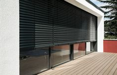 Zonwering netjes weggewerkt Roller Shutters, Surface Habitable, Main Door, Wood Interiors, Sliders, Bungalow, Blinds, Yard, Windows