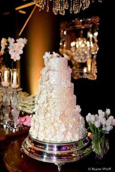 Bolo de casamento branco com aplicação de flores. Perfeito para um casamento clássico.
