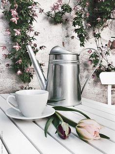 SOCKER vattenkanna och VÄRDERA kaffekopp med fat på MÄLARÖ bord. Frida Eklund Edman, Fridasfina, för Livet Hemma