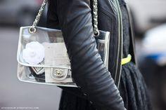¿Te atreves a lucir transparencias? ¿y a enseñarnos lo que contiene tu bolso? Los bolsos transparentes son la opción más atrevida de esta primavera.