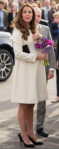 Duchess Kate debuts JoJo Maman Bebe Princess coat on the set of Downton Abbey Princess Beatrice, Princess Eugenie, Princess Charlotte, Maternity Coat, Maternity Style, Maternity Fashion, William Y Kate, Princess Line, Kate Middleton Style