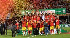 Benevento promosso in serie A: esplode il Vigorito, storica vittoria per il Benevento inginocchia il Carpi 1-0 festeggiamenti del Benevento in grande stile
