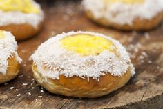Skolebrød er og blir et fantastisk bakverk! Når det er godt bakt, vel og merke. Doughnut, Hamburger, Food And Drink, Bread, Baking, Desserts, Bread Making, Tailgate Desserts, Deserts