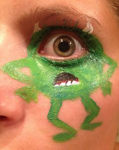 Mike wazowski (monsters inc)! Painted with a mirror. Got the idea by just watching my eye in the mirror haha but you should do it on ur kids! Disney Face Painting, Monster Face Painting, Painting For Kids, Monster Inc Birthday, Monster Inc Party, Desenho Kids, Halloween Make Up, Halloween Face Makeup, Fantasias Halloween