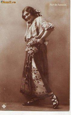 "Képtalálat a következőre: ""romanian folk graffiti"" Old Photos, Vintage Photos, Folk Costume, Costumes, City People, Old Folks, Wrap Around Skirt, Folk Dance, Girls Out"