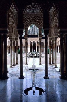 Fuente de los leones de la Alhambra de Granada en Spain.