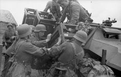 1942, Union Soviétique, Voronej, Des soldats allemands installent des roquettes sur les flancs d'un Wurfrahmens 40 de la 24. Panzer-Division 4/5
