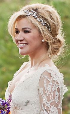 Get all the details on Kelly Clarkson's romantic bridal hair! like the hairpiece!