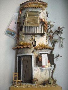 Coppo antico realizzato cercando di far immaginare una vecchia casa di quartiere napoletano.Partendo dal balcone di legno ,la persiana pend...