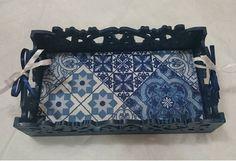 Bandeja decorativa estilo Provençal, em MDF, pintura azul colonial , acabamento em verniz fosco, revestida em tecido impermeabilizado, estampa Azulejo Português Altura: 6.00 cm Largura: 17.00 cm Comprimento: 30.00 cm