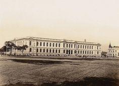 Praça da República em 1894, vista a partir das imediações da Rua Barão de Itapetininga em direção à Rua Marquês de Itu. No plano médio, o prédio da Escola Normal, inaugurado em 1894. / Guilherme Gaensly/Estadão