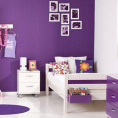 Paarse muur, witte meubels en voeg er nog wat oranje accessoires aan toe: daar wordt mijn dochter vrolijk van!