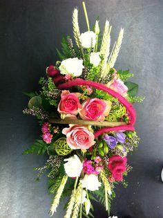 cesto di fiori freschi primaverile. rose, fresie, lisianthus, erica e spighe.
