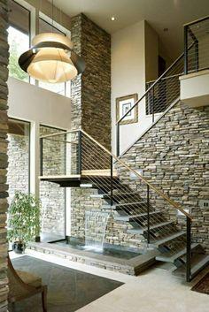 jet d'eau sous escalier, aménagement sous escalier,lustre insolite, mur de pierres