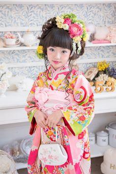 春 Girl in Kimono Japanese Costume, Japanese Kimono, Traditional Fashion, Traditional Outfits, Proverbs Woman, Japanese Kids, Yukata Kimono, Japanese Photography, Virtuous Woman