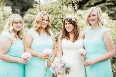 Bridesmaids wear mint dreses. Photography by http://www.naomikenton.com/.