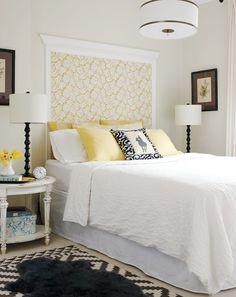 Recurso interessante para decorar a parede e criar uma cabeceira para cama box. Papel de parede emoldurado é uma opção legal.