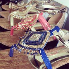 Da nova coleção! As novas rasteiras Mississipi estão demaaais de tão divas.  Pra ver mais: http://www.magazinemartinense.com.br/calcados-femininos/sandalias/sandalias-rasteiras/sandalia-rasteira-mississipi-x2403-preto-champagne/